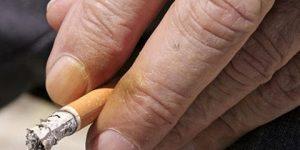 Como tirar mancha de cigarro dos dedos