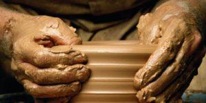 Tirar mancha de argila da roupa