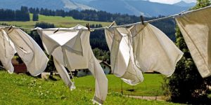 Como tirar mancha de vômito da roupa