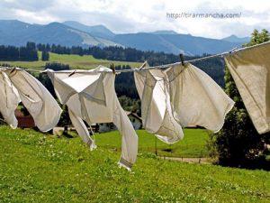 Roupas penduradas na corda, como tirar mancha da roupa