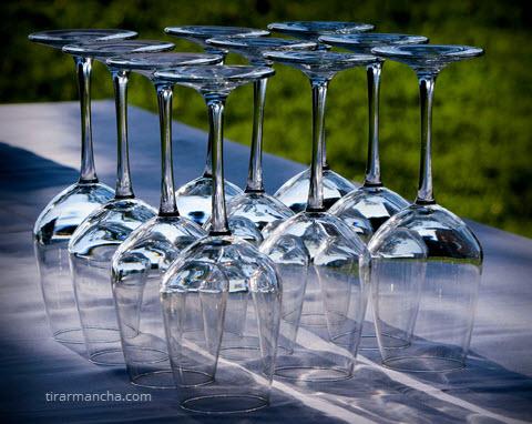 Como tirar mancha de água de copos de vidro